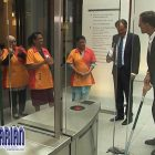 KEJUTAN!! PM Belanda Ngepel Lantai Di Gedung Parlemen!!
