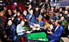 Permalink to Sungguh Merakyat, Jokowi Nyanyi di Bandung Bersama Pengamen Jalanan